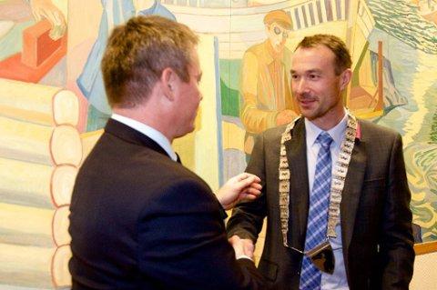 BEHOLDER KJEDET: Ordfører i Skjervøy, Ørjan Albrigtsen (KrF). Bildet er tatt da han overtok ordførerkjedet fra avtroppende ordfører Torgeir Johnsen etter valget for fire år siden.