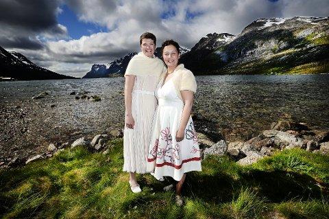 NYBAKTE FORELDRE: Tidligere Tromsø-ordfører Kristin Røymo (th) og Maria Eidesen ble foreldre til en liten gutt torsdag formiddag. Dette bildet ble tatt i forbindelse med bryllupet i Ersfjordbotn i 2015.