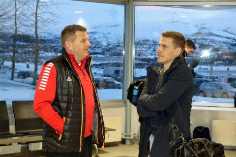 TILbake i Tromsø: Ruben Yttergård Jenssen (t.h.) i dialog med TILs daglige leder, Kristian Høydal, på Langnes lufthavn søndag. Nå venter kun en medisinsk test før Yttergård Jenssen signerer en fireårskontrakt med «Gutan».
