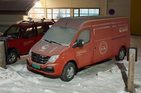 """FÅR IKKE START: """"Vi lever for å levere"""" står det på Postens bildør, men el-postbilen på Svalbard har stått bom stille i to uker."""