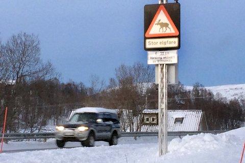 EFFEKTIVT: Når lysene blinker på disse varselskiltene går farten langs veien drastisk ned. Her på Hemmingsjord i Sørreisa.