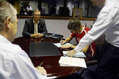 VERDIFULL SIGNATUR: Her skriver Morten Gamst Pedersen under kontrakten med Blackburn sent på kvelden torsdag 26.august. Pappa Ernst Pedersen, Blackburn-direktør John Williams (med ryggen til) og Tom Finn følger med. Det ble den første av flere innbringende kontrakter for Gamst Pedersen, som nå er tilbake for å trene ei uke med Blackburn mens han jakter ny klubb.