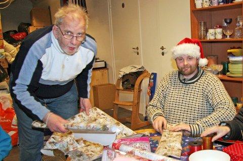 GODE HJELPERE: Alf Pedersen ordnet julegaver til de som trengte det mest, her er han i pakkinga sammen med sønnen Jørn Casper Pettersen før jul i 2012.