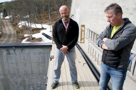 BETENKT: Verneombud Rune Benjaminsen (t.v.), her sammen med hovedverneombud Sverre A. Pedersen i Senja kommune på brannstasjonen i Sollia.