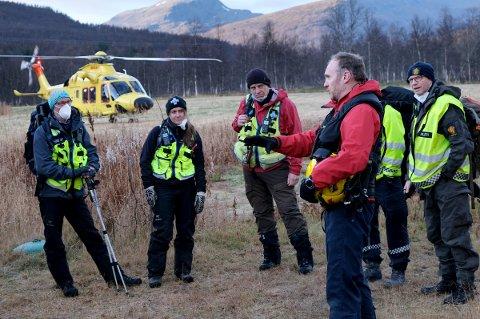 BRIEF: Mannskapene briefes av helikopterpiloten før de  løftes opp i fjellet.