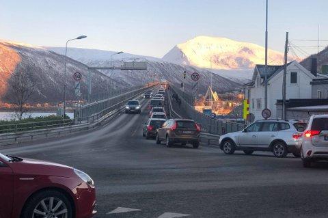 STANS: Det var nærmest full stans i trafikken over Tromsøbrua i 16-tiden.
