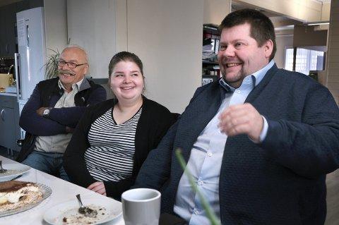 I FESTMODUS: Latteren sitter løst rundt kaffebordet når gode historier fortelles, f.v.: Herleif Kristoffersen, Ida Svendsen og Jon Henrik Larsen.
