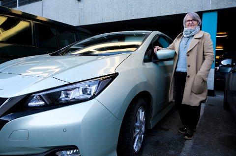 SPREK BIL: Lillian Grethe Jensen kjører elbil med piggfrie dekk. Det har hun bare gode erfaringer, med og nå kan hun snart spare store summer.