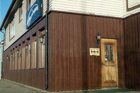 STENGT: Svingen pub i Heggelia er stengt etter gjentatte brudd på smittevernreglene. Formannskapet i Målselv kommunen skulle diskutere straffereaksjon fredag, men ble imidlertid informert om at puben holder stengt til over jul. Møtet er dermed avlyst. Foto: Torgeir Bråthen