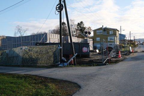 BYGGER: Naboer til tomta i Stornesveien i Sørreisa føler seg overkjørt av kommunens byggeprosjekt.