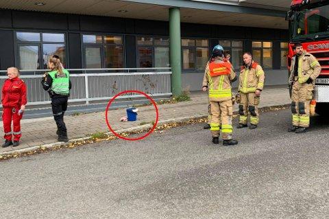 BØTTE: Beboere på Seminaret i Tromsø måtte evakueres etter brann i denne bøtta.