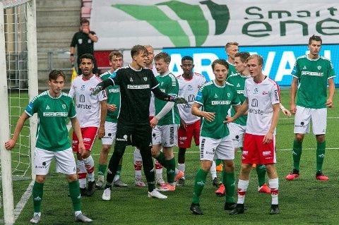 ETTERTRAKTET: Tidligere TIL-junior Marius Tollefsen (i svart drakt) har vært Fløyas beste spiller i år. Nå er 20-åringen aktuell for langt større klubber. Her fra oppgjøret mellom nettopp Fløya og Fredrikstad tidligere i år.