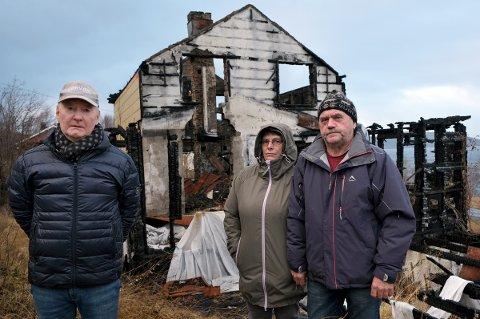 NEDSTEMT: Naboene Frits Bergli (t.v.), Grete Heimdal og Halvar Myreng har i sju år stirret inn i de dystre brannruinene.