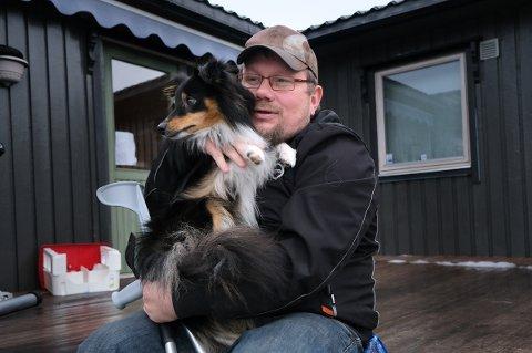 ROER NED: - Jeg har hatt et fartsfylt liv med mange ulykker, men nå skal jeg ta det rolig, sier Frode Kristiansen og koser med hundevalpen Odin.