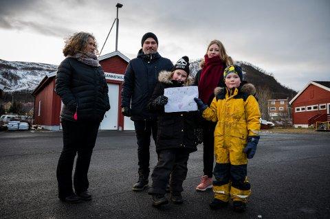 PLS MERE POLITI: Budskapet er klart og tydelig. Her står Anette Sjåvik (f.v.), Vidar Hansen og Kine Sarilla med barna Signe Hansen Sarilla (9) og Helge Hansen Sarilla (6).