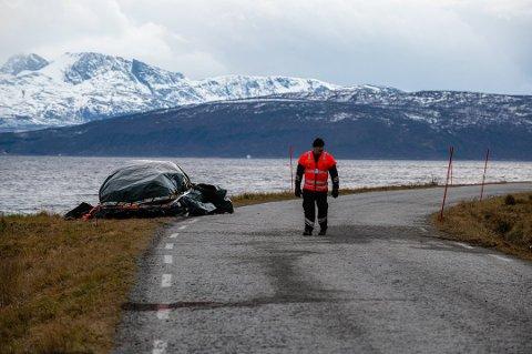 GRANSKER DØDULYKKEN: Statens vegvesen gjennomførte søndag undersøkelser på ulykkesstedet på Vannøya. Foto: Markus Kristoffer Dreyer