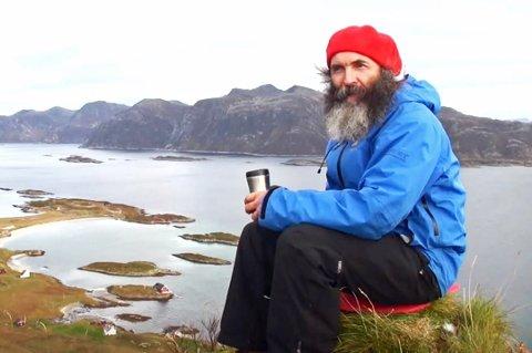 SISTE BØNN: Søren Thamdrup på Sandøya ber for fergeanløpet.