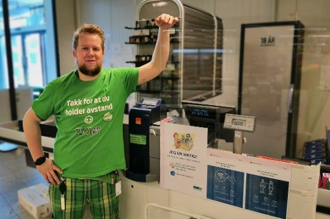 FORNØYD: Butikksjef Njål Sollied har lagt bak seg hektiske og utfordrende måneder på butikken på Fagereng. Nå får han og kollegaen en korona-bonus i desember . Foto: Privat