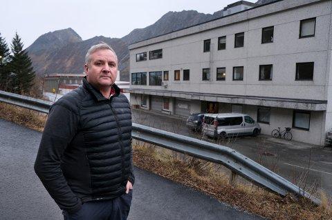 BORTE VEKK: Tidligere ordfører Fred Flakstad kan konstatere at samtlige statlige arbeidplasser som var i dette bygget og ellers i Gryllefjord er vekk.