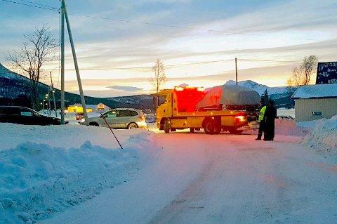 Her fraktes ulykkesbilen vekk etter dødsulykka i Rossfjord 15.desember 2019.