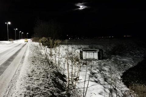 RULLET AV VEIEN: Bilen rullet av Kvaløvegen i Tromsø mandag. Kjøreforholdene var svært vanskelige på stedet, sier øyenvitne.