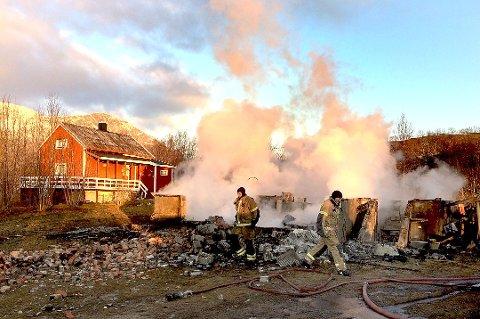 OPP I RØYK: Samarbeidet om felles brannvesen i Nord-Troms går etter all sannsynlighet opp i røyk. Bakgrunnen er konfliktene mellom brannsjefen og to av de lokale brannkorpsene. Dette bildet er fra en boligbrann på Hamneidet.