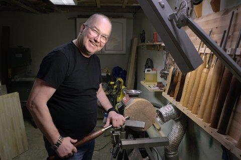 JULEVERKSTED: Ved denne dreiemaskinen vil Tommy hjelpe folk å lage julegaver selv.