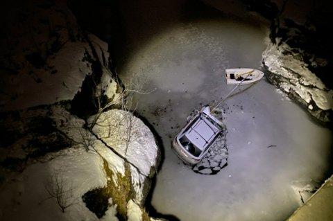 DRAMATISK: I en krapp sving gikk det galt. Bilen stupte ned i elva. Ekteparet i bilen klarte å ringe nødnummeret.