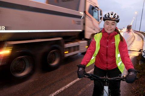 UTSATT: Ingeborg Vollstad (16) opplever det som i overkant spennende å ferdes over brua når tungtrafikken dundrer forbi.