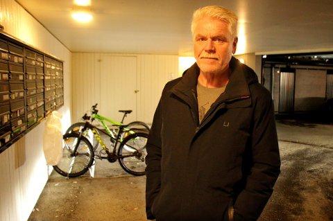 BEKYMRET: Steinar Gudmundsen har selv 36 år i politiet bak seg. Han skjønte fort hva som hadde skjedd da han så spor, en opprevet pakke og den tomme plastposen som fortsatt henger til venstre i bildet.