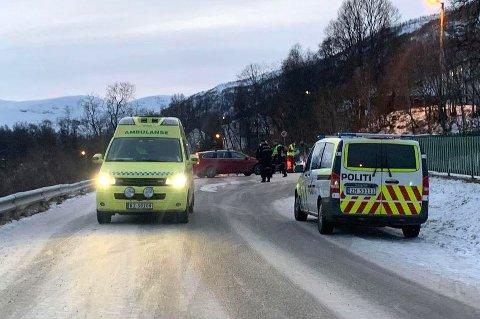 KOLLISJON: To personbiler kolliderte i Tromsdalen lørdag formiddag.