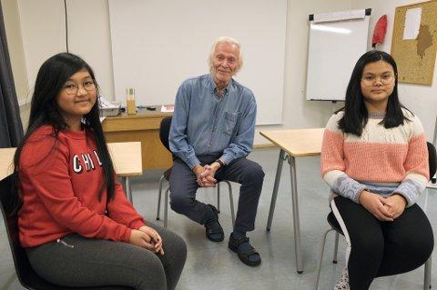 SUPERVETERAN: Håkon (82) lærer Rhoshel (t.v.) og Ice opp i norsk, og har ellers både tysk, engelsk, fransk og nynorsk på språkmenyen sin.