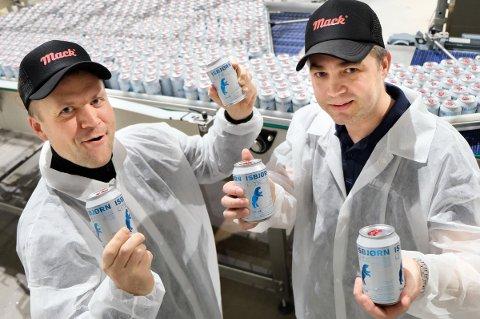 ØLJUBEL: Mack-sjefene Roger Karlsen (t.v.) og Ken Stian Olsen jubler over den helt spesielle bestillingen.