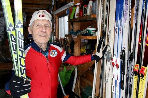 SKI: Alf Hartvik Austvik har både gamle og nye ski å velge mellom i garasjen når han skal ut på sin daglige treningstur i løypa.