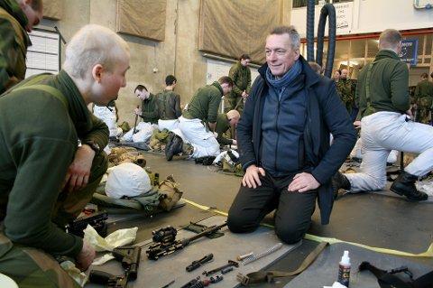 STÅ PÅ: Forsvarsminister Frank Bakke-Jensen vil ha flere soldater i Forsvaret, her sammen med Herman Holum (t.v.) og flere av de andre soldatene på Setermoen.