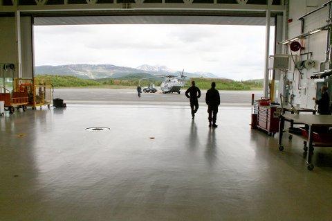 BASE: Utsikt fra hangaren i helikopterbasen på Bardufoss, med et NH90-kystvakthelikopter i bakgrunnen.