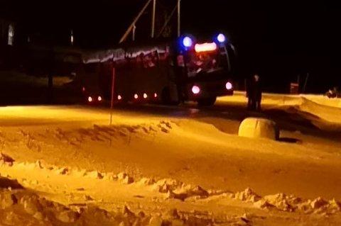 STO FAST: I forrige uke sto en turistbuss fast og sperret veien i Grunnfjorden på Ringvassøya. Situasjonen frustrerer lokalbefolkningen.