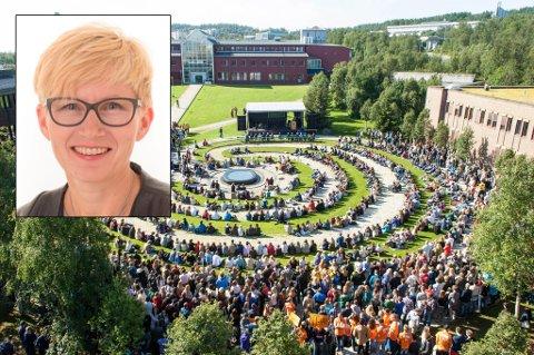 SPENT: Avdelingsdirektør ved UiT, Heidi Adolfsen (innfelt), er klar over en økt smitterisiko når det nå skal komme over 3000 nye studenter til campus i Tromsø – riktig nok ikke samlet slik som på dette bildet.