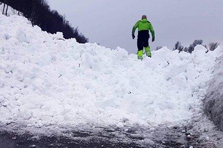 SPERRER VEI: Veien ved Åslandet er torsdag kveld sperret av et snøskred.