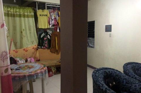 AKSJON: En fem år gammel jente ble berget da politiet på Filippinene aksjonerte mot denne boligen i Taguig City i fjor sommer.
