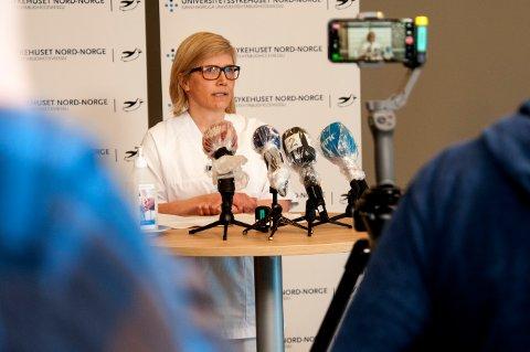 SAMARBEID: Intensivsykepleier Marit Nyhus jobber med de aller sykeste koronapasientene. Tirsdag fortalte hun om sine erfaringer på en pressekonferanse på UNN.