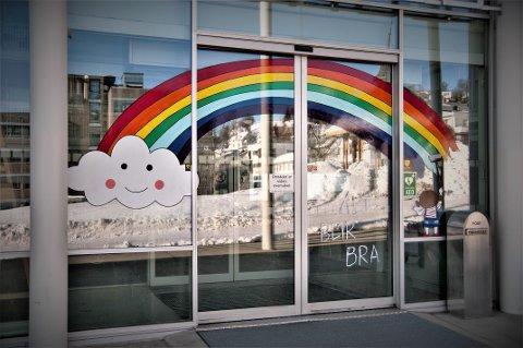 «ALT BLIR BRA»: Klokken 07.00 fredag morgen var Kristian O. Gundersen ferdig med vindusdekorasjonen på Tromsø rådhus. Klokken 11.00 fredag gjennomfører Tromsø kommune en direktesending hvor barn kan stille spørsmål.