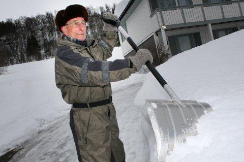 MÅKER: Jan Stenmo (81) har nok å stikke spaden i hjemme på Leiknes. Hytta på Innset måtte han forlate halvmåket.