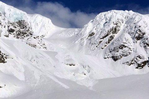 SKREDOMRÅDET: Is fra breen på toppen falt ned og utsløste skred på breen under der turfølget gikk.