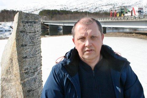 FLOMHØYDER: Ordfører Bengt-Magne Luneng ved Målselvbrua og steinen som viser tidligere flomhøyder. En eventuell flom opp mot rekordnivåene i 1914 og 1939 vil være kritisk.
