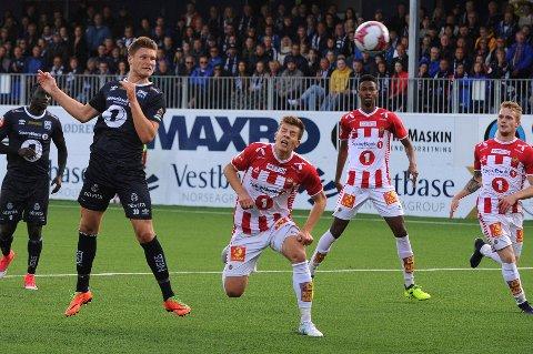 TIL-AKTUELL: Benjamin Stokke (t.v) har scoret tre ganger mot Jostein Gundersen og TIL. Nå håper TIL at 29-åringen kan bli løsningen på klubbens spissjakt.