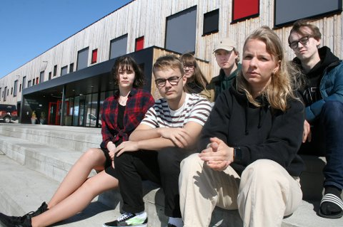 FORNØYD: Mediaelevene ved Bardufoss kan nå juble. Fra venstre: Nathalie Helle, Tomm Haugen, Ayla Karlsen, Even Berntsen, Mali Sofie Rostadmo og Christoffer Figenschau.