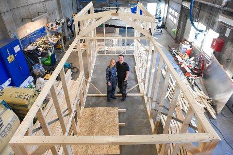 BYGGET SELV: Andrea Mathisen og Runar Korneliussen bygde sitt første hjem sammen i en lagerbygning i Hammerfest. Nå flytter de til Tromsø med mikrohuset.