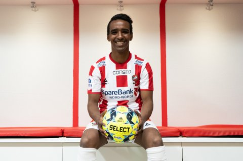 SIGNERTE: Mohammed Ahamed Jama poserer som TIL-spiller ut 2020-sesongen. Kontrakten er signert.