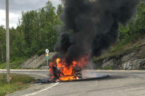 UTBRENT: Det brant kraftig fra en personbil på E6 i Balsfjord fredag ettermiddag. Bilen ble helt utbrent.